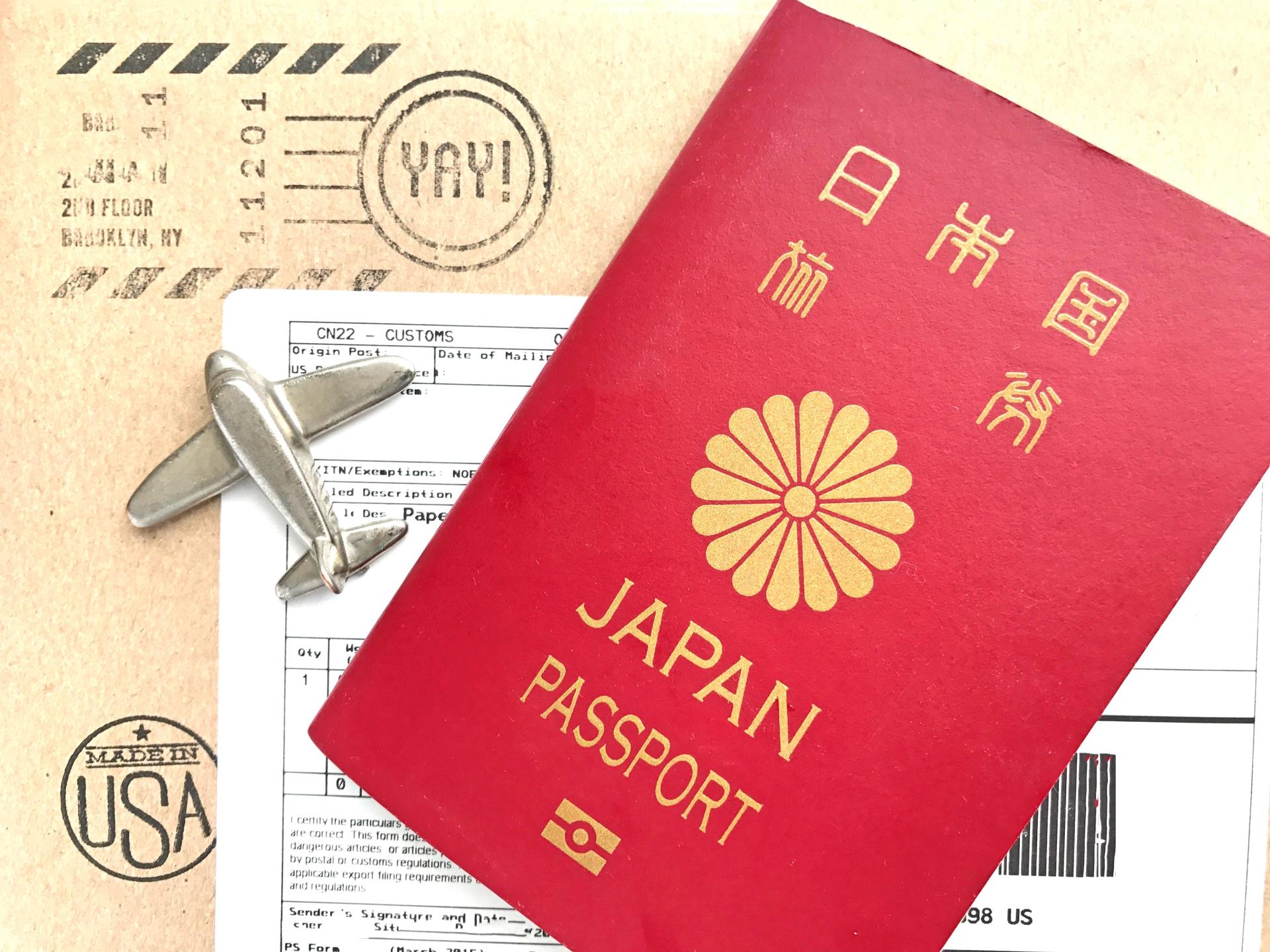 パスポート、航空券、海外旅行保険の手配