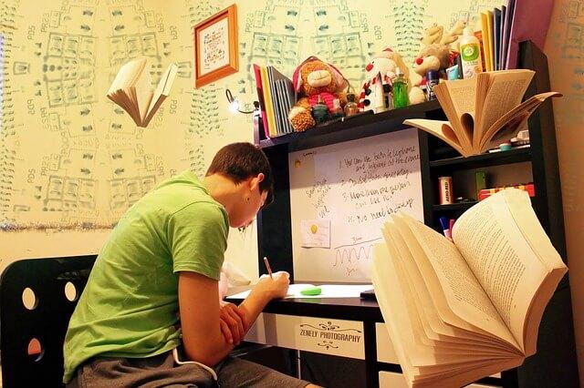 フィリピン留学中に勉強する人